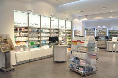 Scaffali grigi e bianchi per farmacia