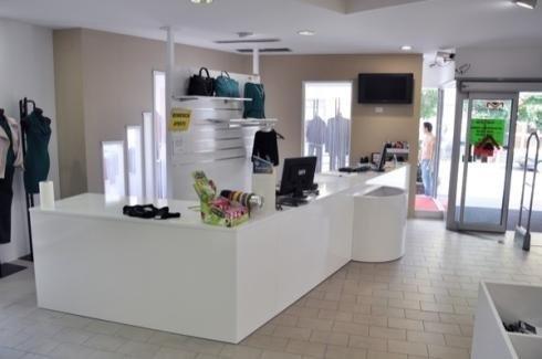 Bancone bianco per negozio moda