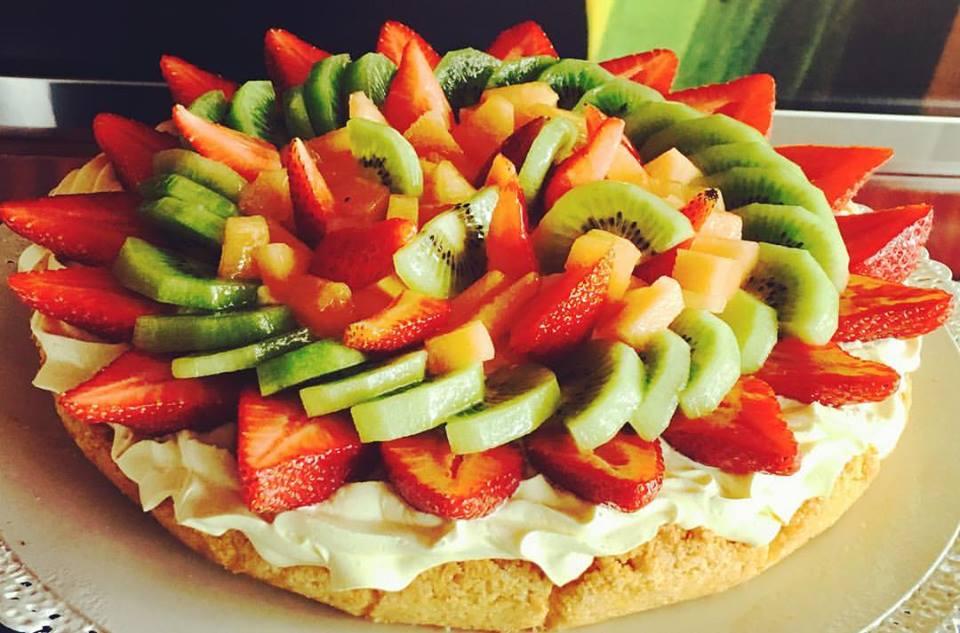 una crostata con fragole e kiwi