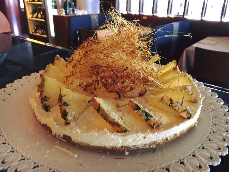 una torta e sopra delle fette di ananas