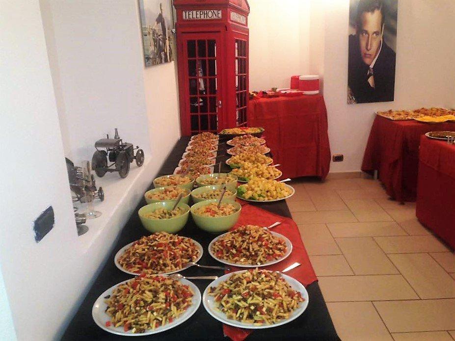 dei piatti di pasta e gnocchi di diversi tipi su un tavolo