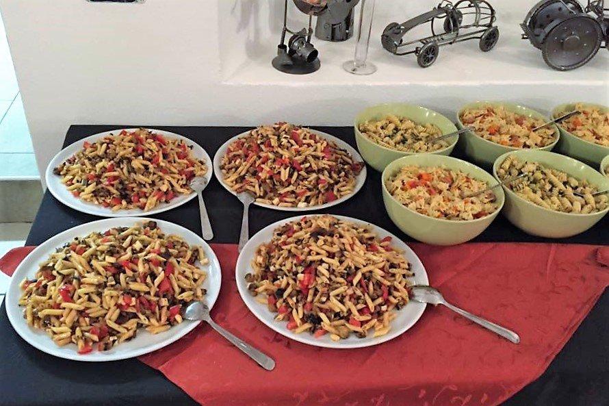 dei piatti di pasta di diversi tipi