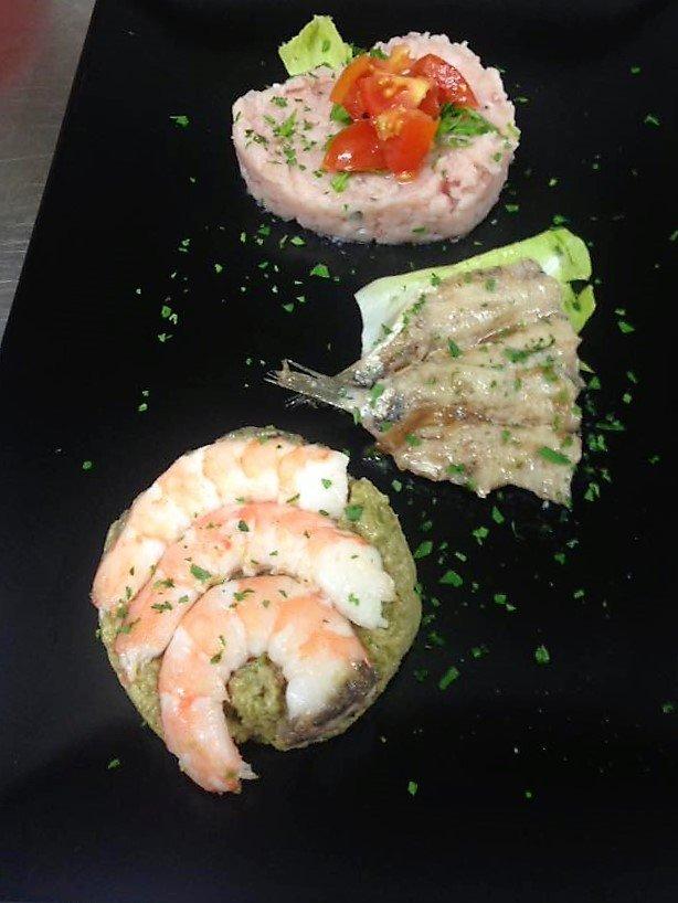 tre delizie di pesce, gamberi sardine e altro