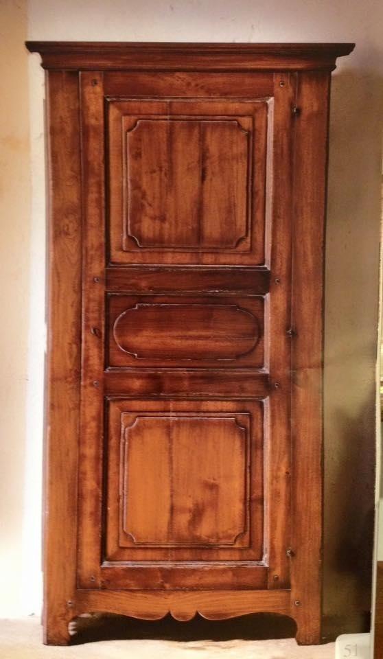 armadio in legno con un`anta