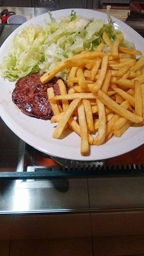 un piatto di hamburger, insalata e patatine fritte