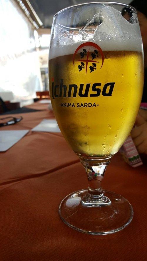 un calice di di birra con scritto Ichnusa Anima Sarda