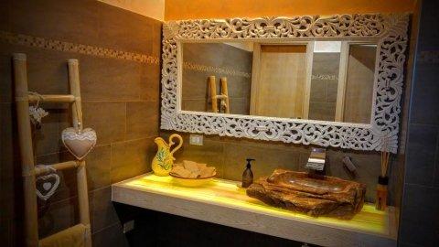 mobile bagno in onice retroilluminato