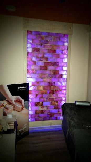 parete in mattoni di sale rosa retroilluminata