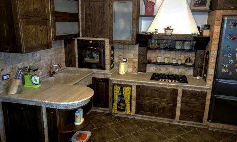 cucina rustica in travertino anticato