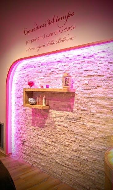 parete in pietra bianca spacco illuminata