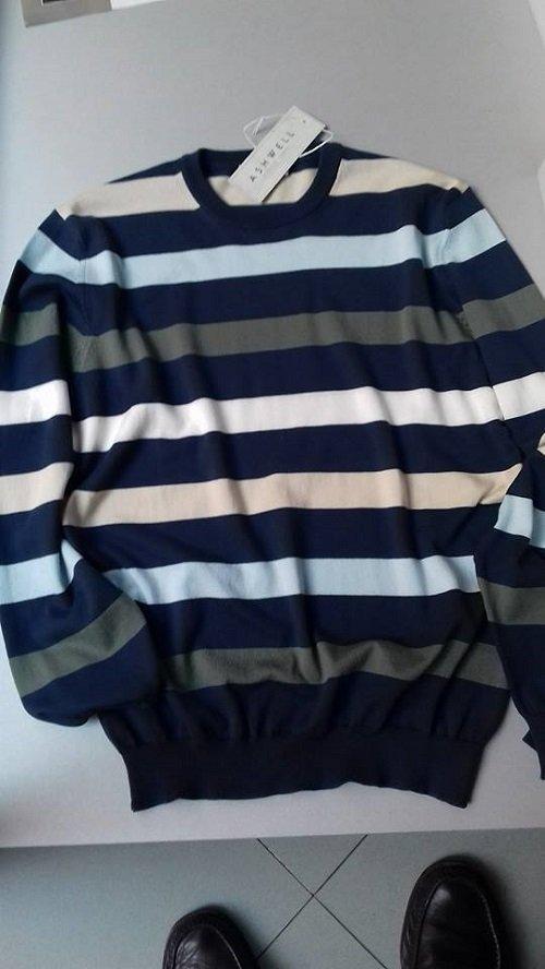 Pullover di razze orizzontali il cui colore principale è il blu marino