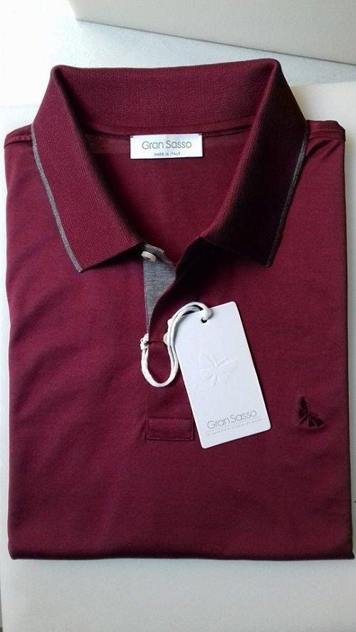 Maglietta di colore rosso granato con dettaglio grigio