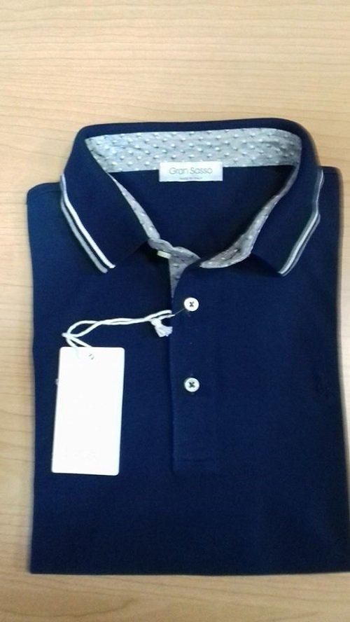 Maglietta di colore blu con due piccole razze bianca e azzurra nel collo