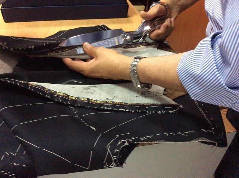 taglio della stoffa con forbici