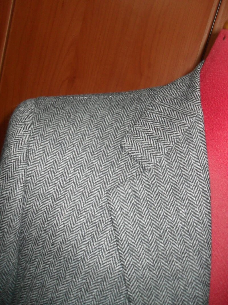 spalla della giacca in tweed grigia