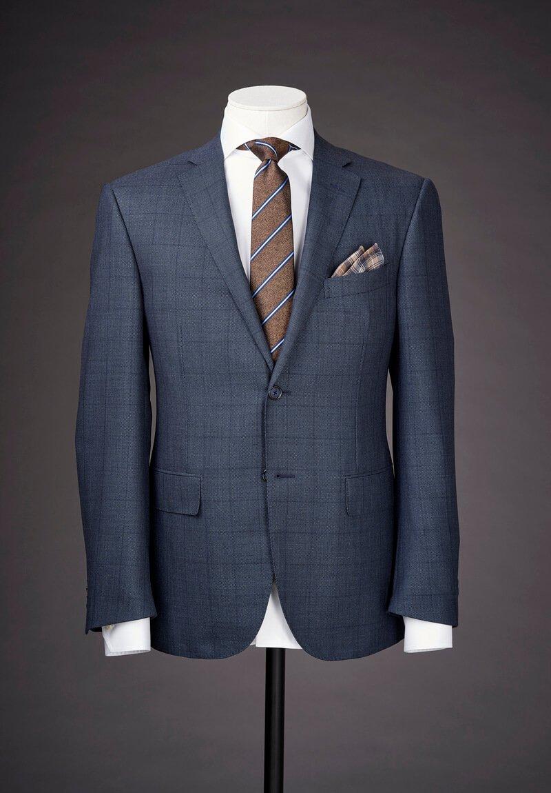 giacca blu su manichino