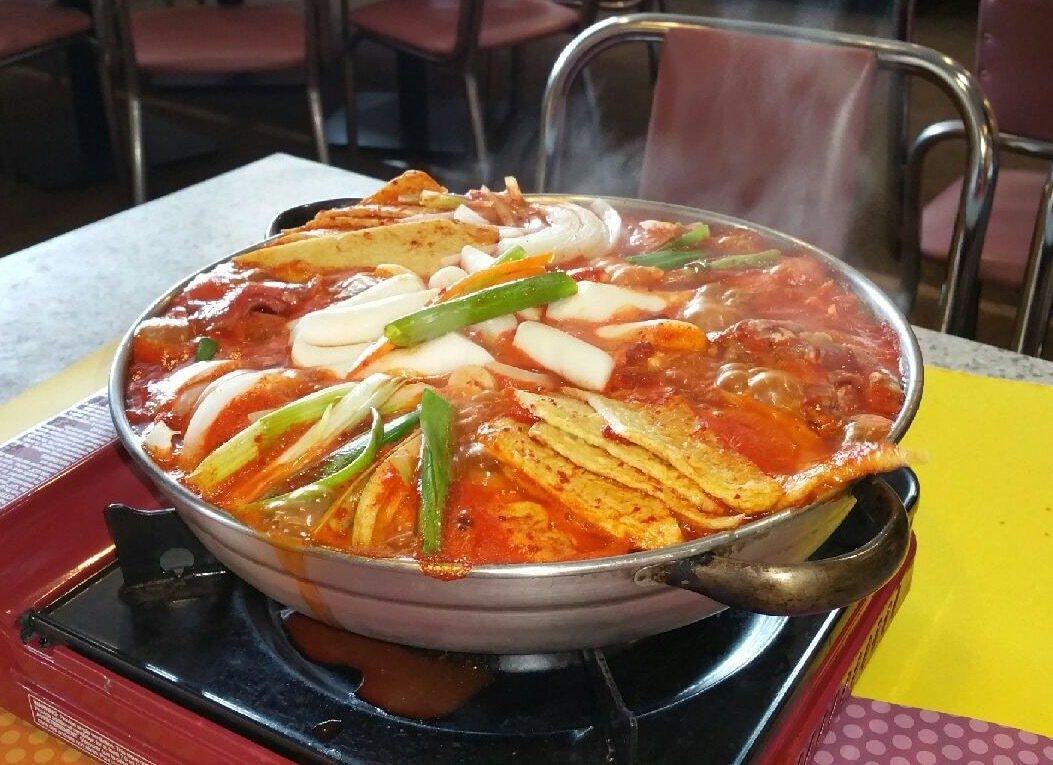 Dukbokki Bulgogi Jeongol cooking on the tabel