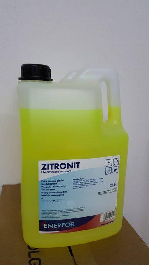 una tanica trasparente con tappo nero con scritto Zitronit