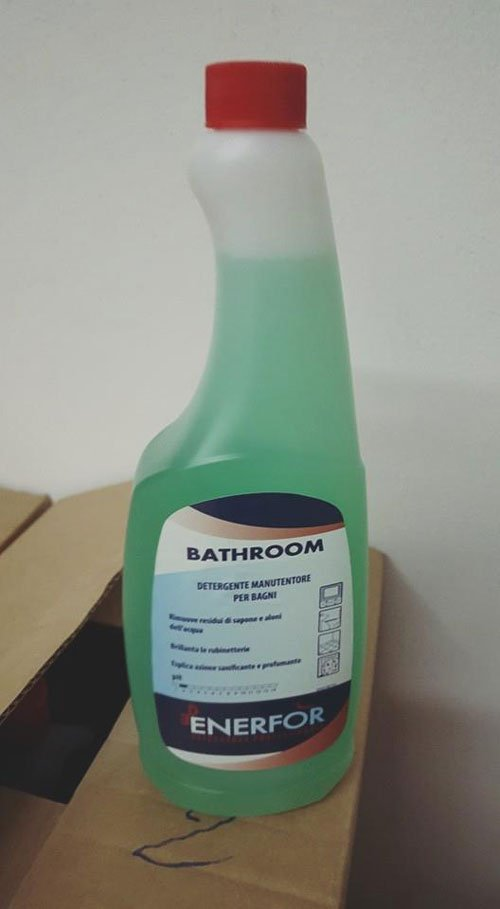 un prodotto color verde in bottiglia con scritto Bathroom