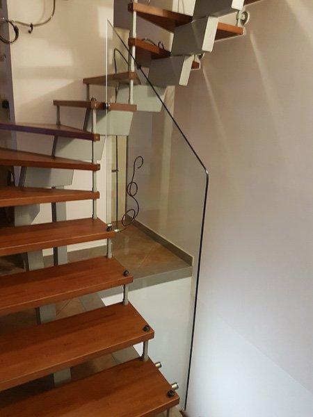 scalini in legno affissi al muro e vetrata scorrimano di Lamberti Vetri ad Agropoli