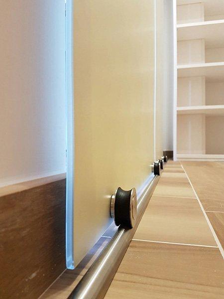 visuale della barra in ferro che permette lo scorrimento della porta