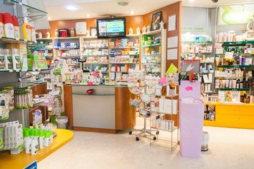 articoli farmaceutici in esposizione