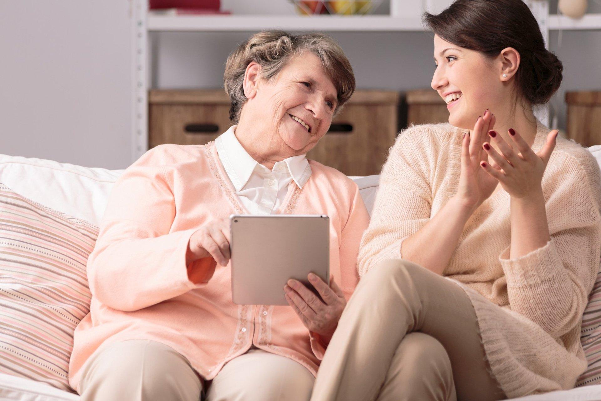 Giovane e donna anziana che fanno attività