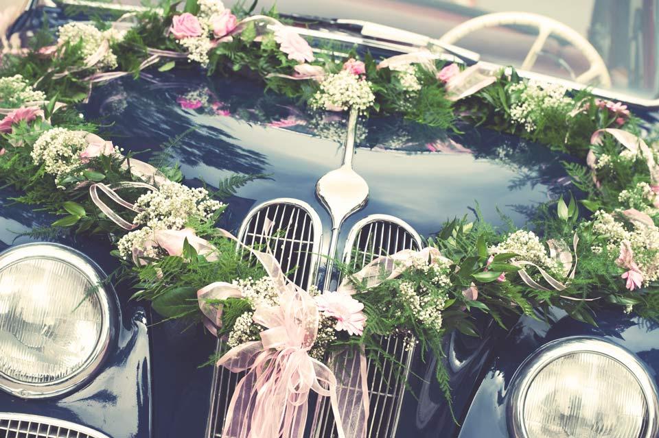 Frontale di un'auto di lusso abbellito con fiori per il Servizio cerimoniale