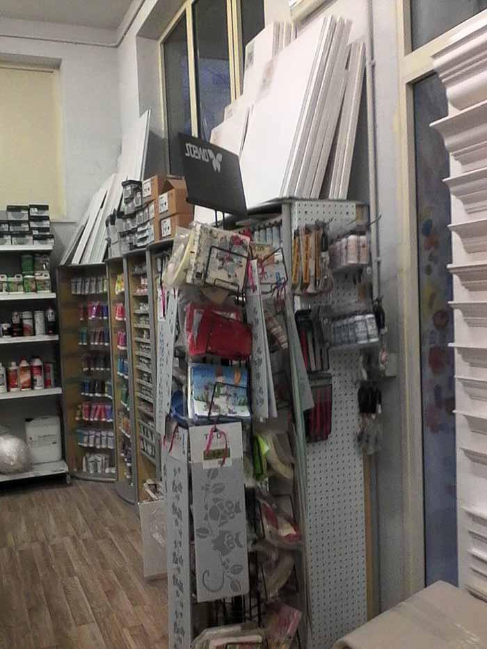 Vista interna di un negozio di ferramenta con diversi prodotti