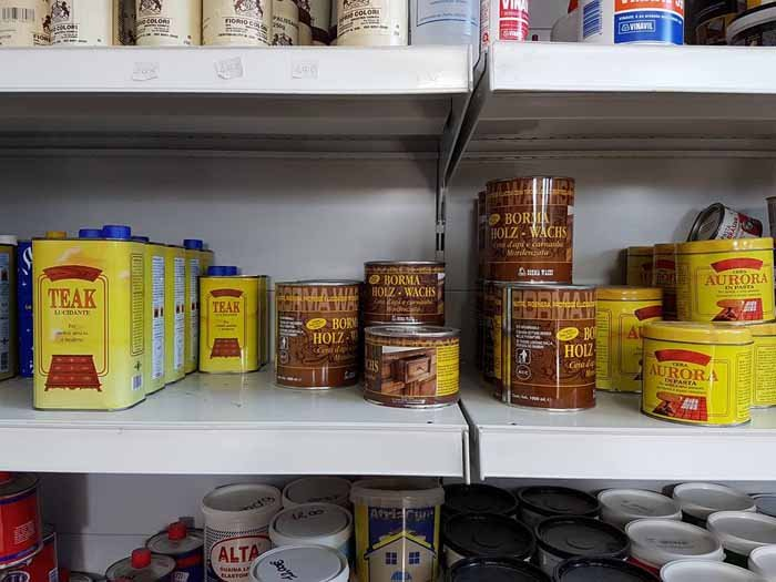vernici per tinteggiatura nel scaffale di negozio