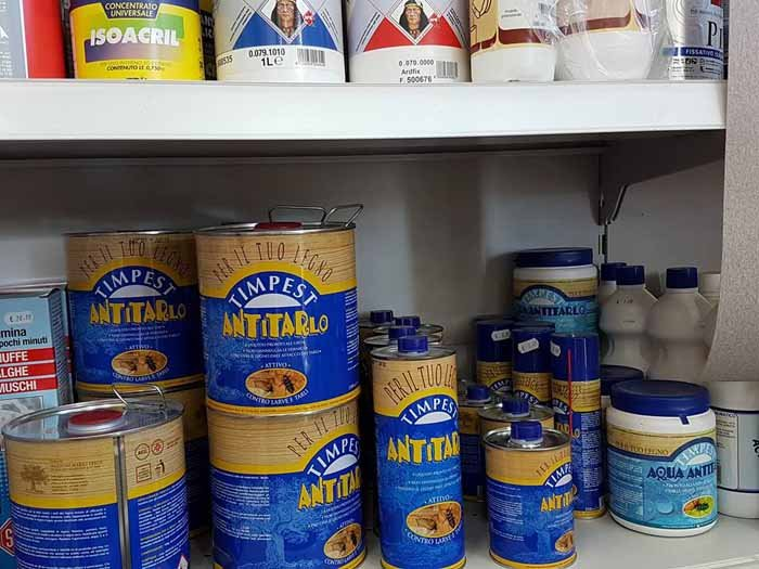 vista laterale di vernici per tinteggiatura nel scaffale di negozio