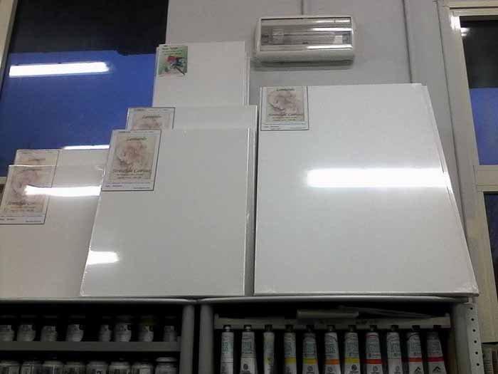 panelli bianche con prodotti per tinteggiatura