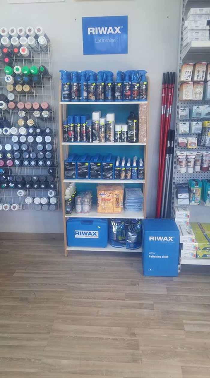 vista interna di un negozio di ferramenta con scritto sul parete RIWAX