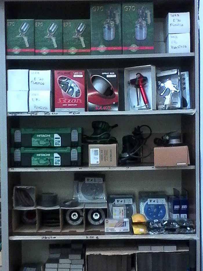 vista fronale di un negozio di ferramenta