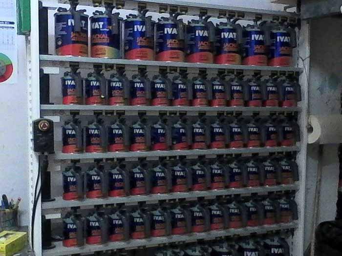 vista laterale di  vernice IVA  nel scaffale di negozio