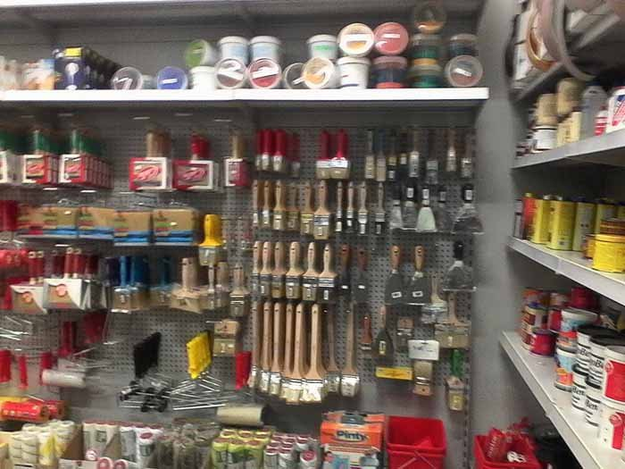 vista interna di un negozio di ferramenta