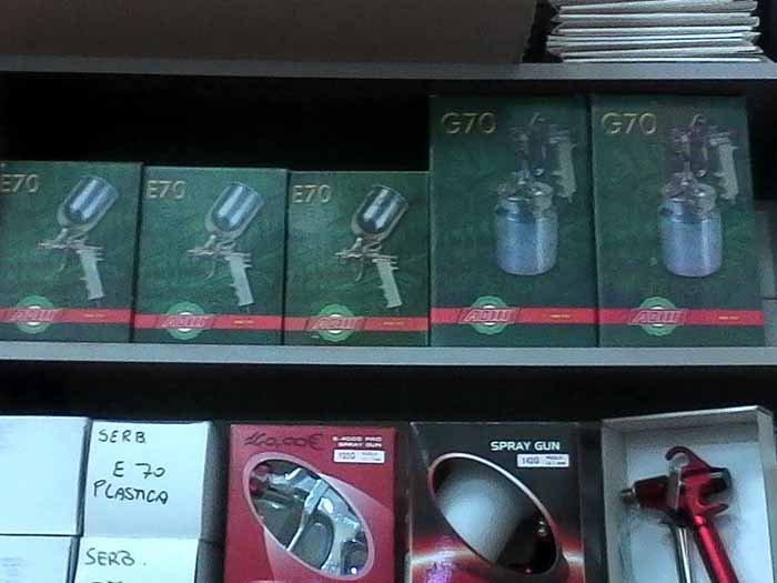 Pistola a spruzzo compressore nel scaffale di negozio