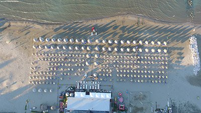 ombrelloni in spiaggia visti dall`alto