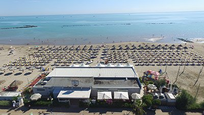 vista dall`alto di stabilmenti balneari a Pescara