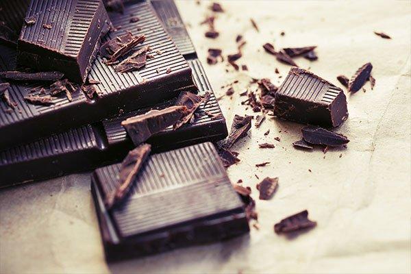 delle barrette di cioccolato spezzate