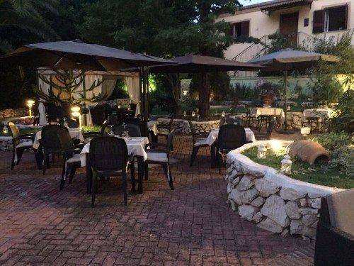 tavoli apparecchiati nel giardino del ristorante