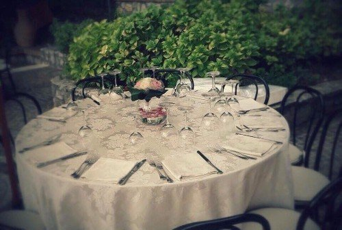 un tavolo apparecchiato per un evento