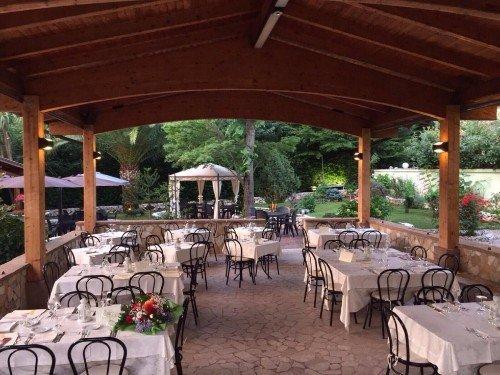 gazebo nel giardino del ristorante
