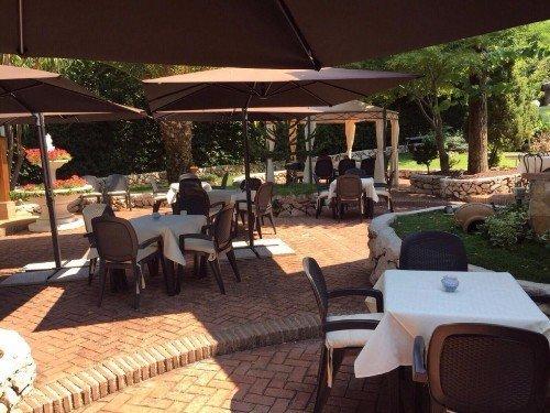 ombrelloni e tavoli nel giardino del ristorante