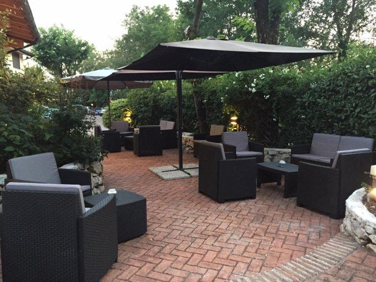 angolo relax con divanetti nel giardino del ristorante