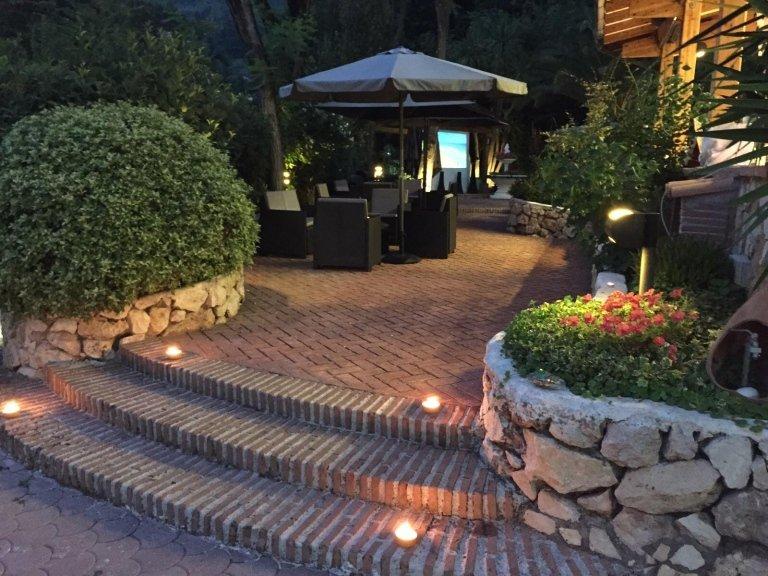 viale del giardino con tavolini e poltrone