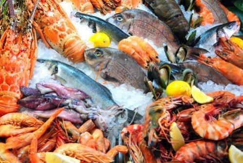 crostacei e pesci freschi su ghiaccio
