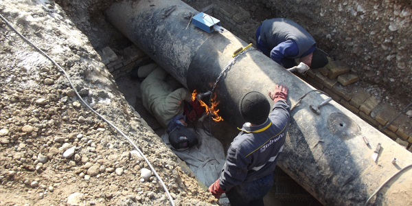 Hot-tapping installation for pipelines