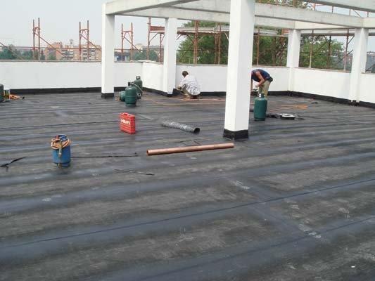 Lavoratori lavorando sul tetto a Varese
