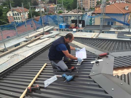 Lavoratore lavorando sul tetto a Varese